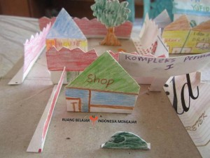 Marlita - English on The Road Membuat Maket Desa (21)