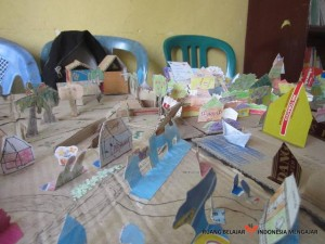 Marlita - English on The Road Membuat Maket Desa (24)