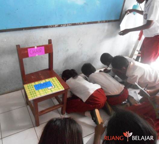 "Berburu Harta Karun ""Benda-Benda di Kelas"" – Things in Classroom"